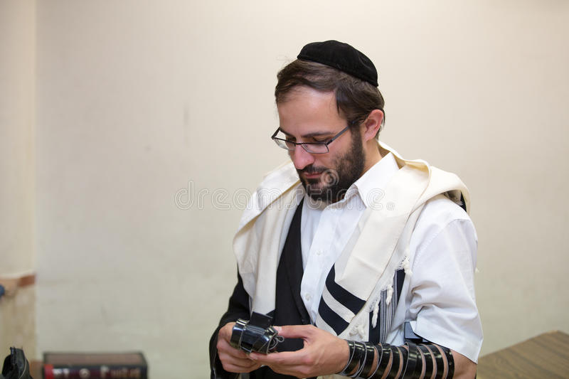 Orthodoxe Jood maakt de plaats van tefillin na gebeden schoon stock foto's