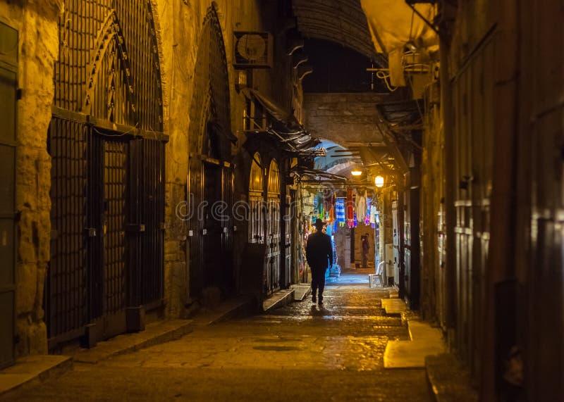 Orthodoxe Joodse mens op Straat in Jeruzalem stock foto's