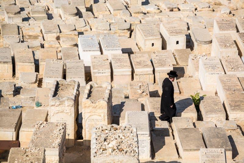 Orthodoxe Juden, Die Unter Gräbern Auf Dem Ölberg Gehen