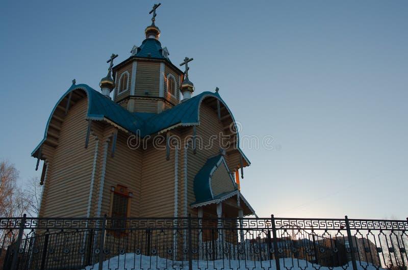 Orthodoxe kapel onder een duidelijke blauwe hemel stock fotografie