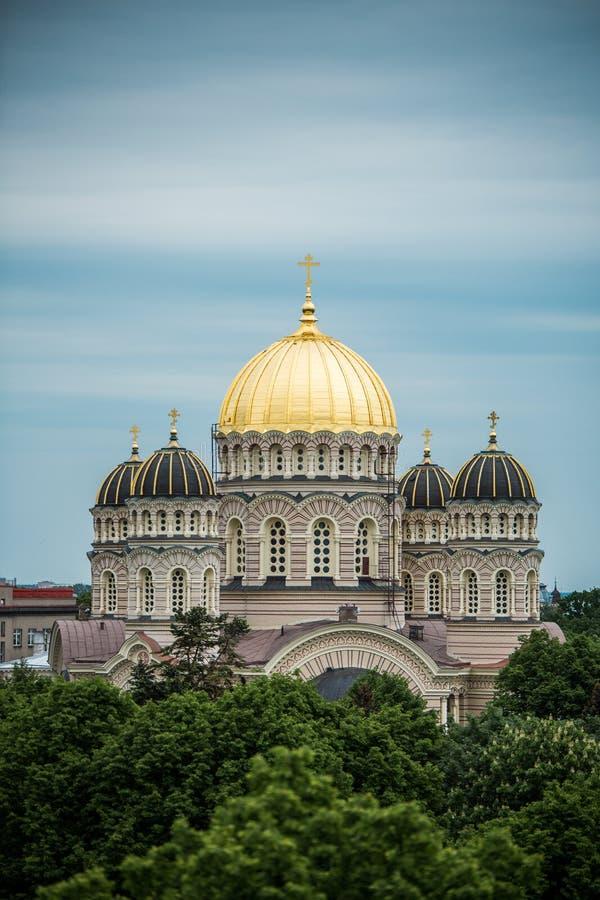 Orthodoxe Kathedraal gouden koepel boven de stadsbomen van Riga royalty-vrije stock afbeelding