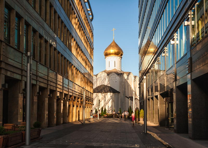 Orthodoxe kerk en bureaugebouwen in Moskou, Rusland stock foto's