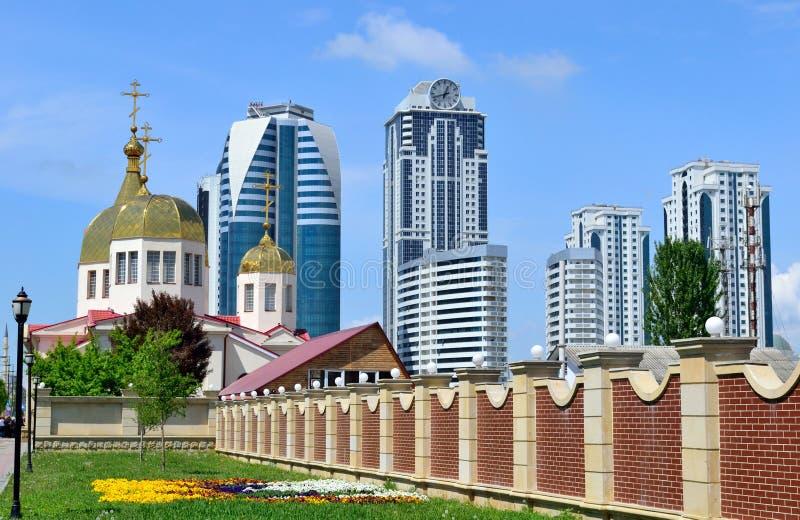 Orthodoxe kerk en high-rise gebouwen in de stad van Grozny binnen stock fotografie