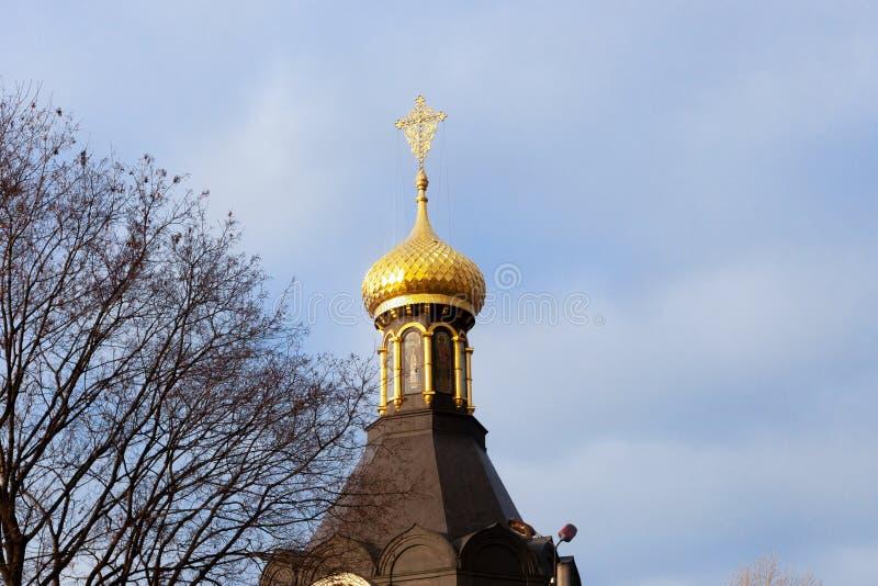 Orthodoxe Kirche mit einer goldenen glänzenden Haube in der Stadt von Charkiw stockbild