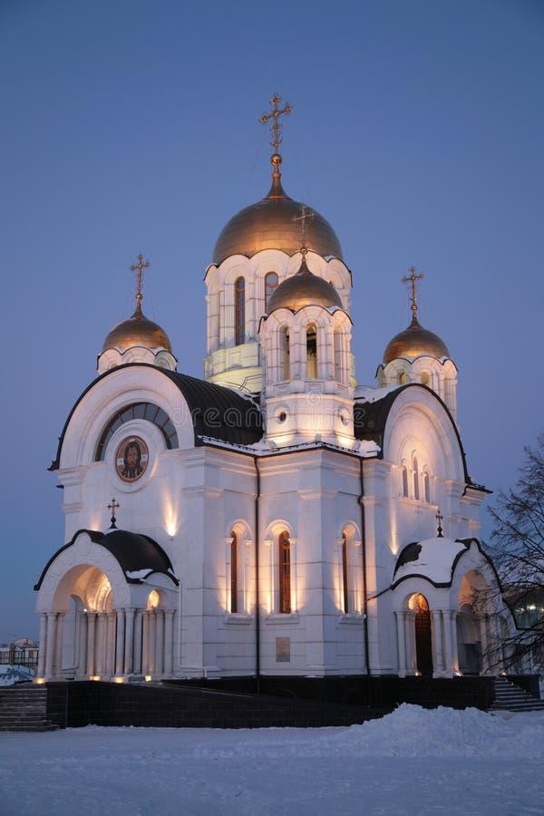 Orthodoxe Kirche nachts im Winter stockbild