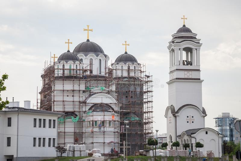 Orthodoxe Kirche Novi Beograd z.Z. im Bau, mit Baugerüsten und Arbeitskräften, in neuem Belgrad lizenzfreies stockbild