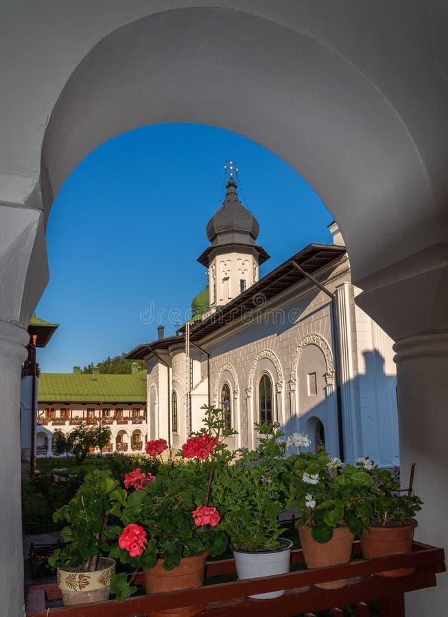 Orthodoxe Klosterarchitektur in Agapia-Stadt, Moldavien, Rumänien stockbild