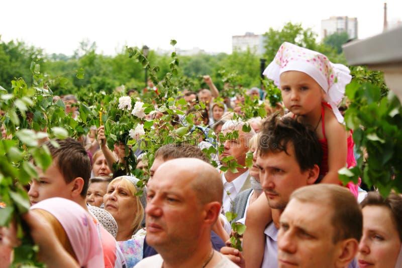 Orthodoxe Leute feiern ein Pentecost stockfotografie