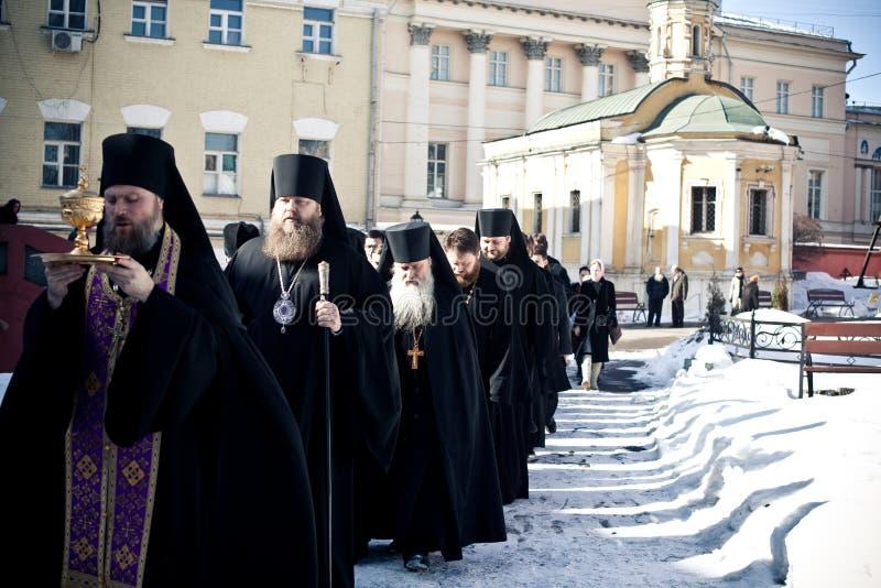 Orthodoxe Liturgie mit Bishop lizenzfreie stockfotografie