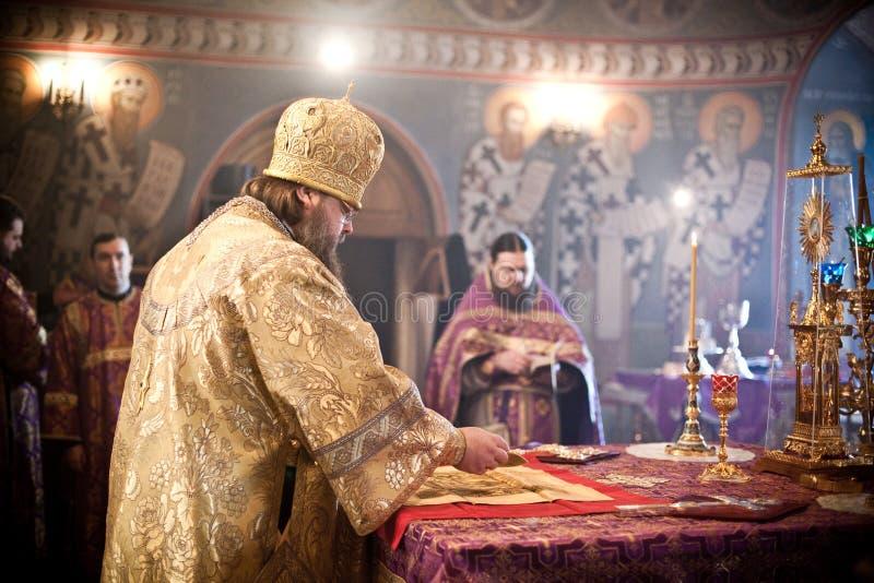 Orthodoxe Liturgie mit Bishop stockfotografie