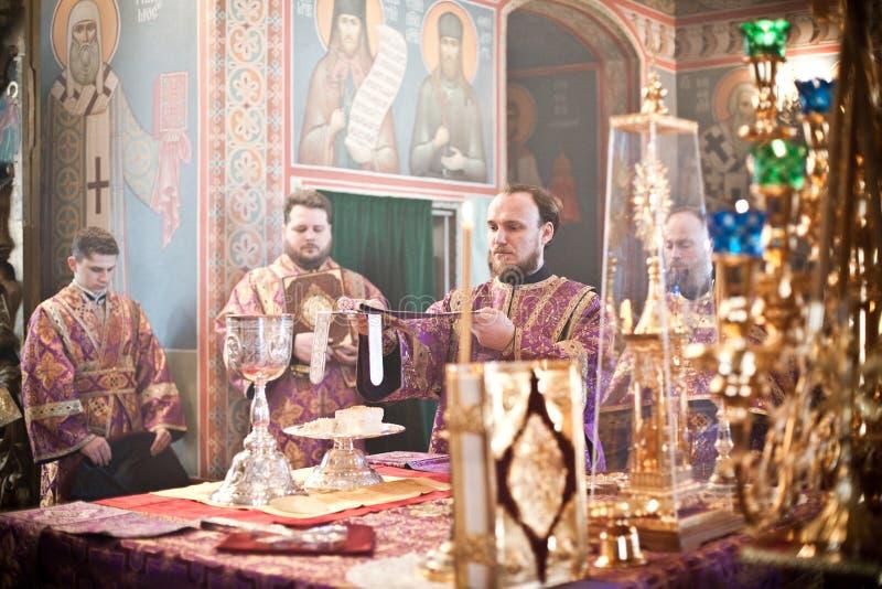 Orthodoxe Liturgie mit Bishop stockbild