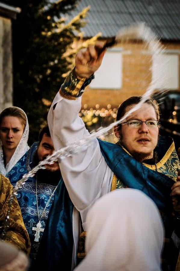 Orthodoxe priester tijdens de optocht in het Kaluga-gebied in Rusland royalty-vrije stock afbeeldingen