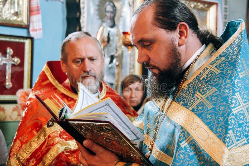 Orthodoxe priesters in altaar stock afbeeldingen