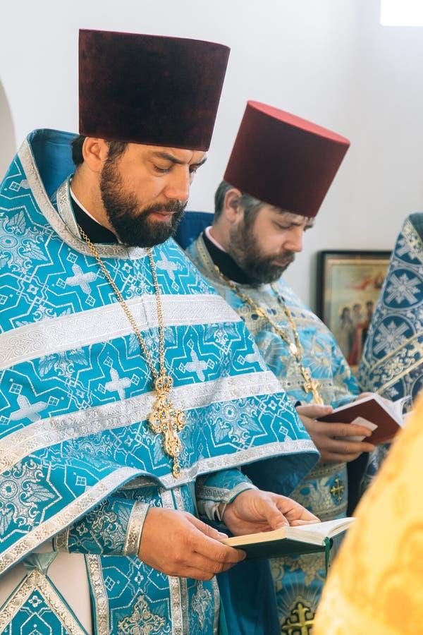 Orthodoxe priesters in altaar stock afbeelding