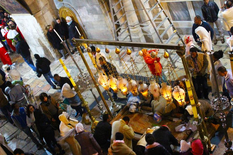 Orthodoxe priesters en pelgrims in de Kerk van het Heilige Grafgewelf stock fotografie