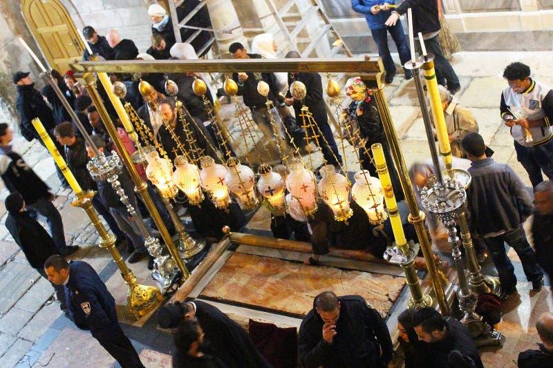 Orthodoxe priesters en pelgrims in de Kerk van het Heilige Grafgewelf royalty-vrije stock foto