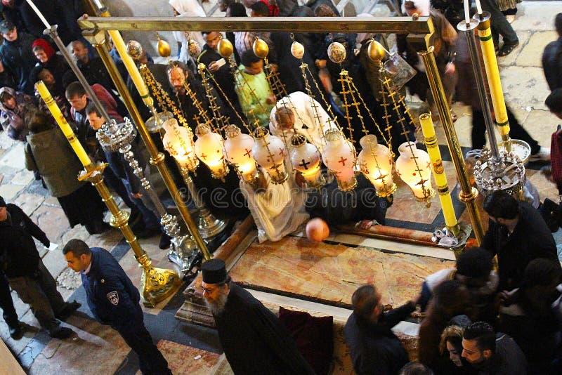 Orthodoxe priesters en pelgrims in de Kerk van het Heilige Grafgewelf stock foto's