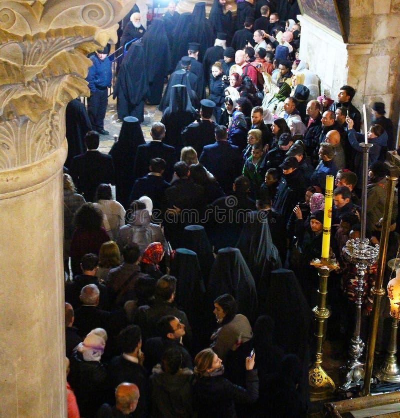 Orthodoxe priesters en pelgrims in de Kerk van het Heilige Grafgewelf royalty-vrije stock fotografie