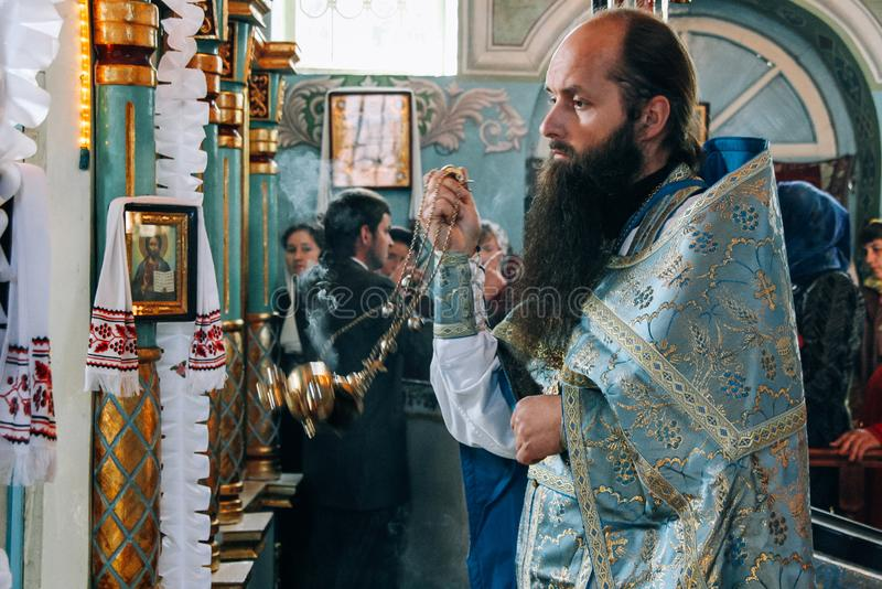 Orthodoxe priesters in kerk stock fotografie