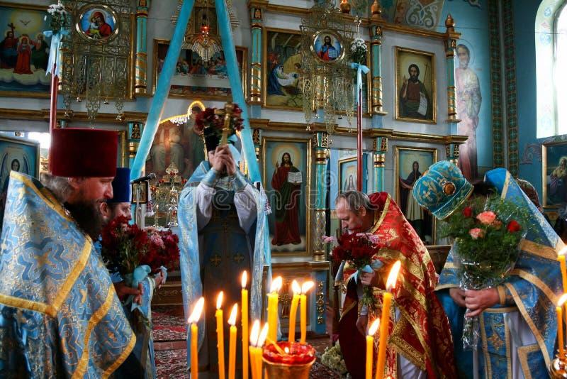 Orthodoxe priesters in lokale kerk stock foto's