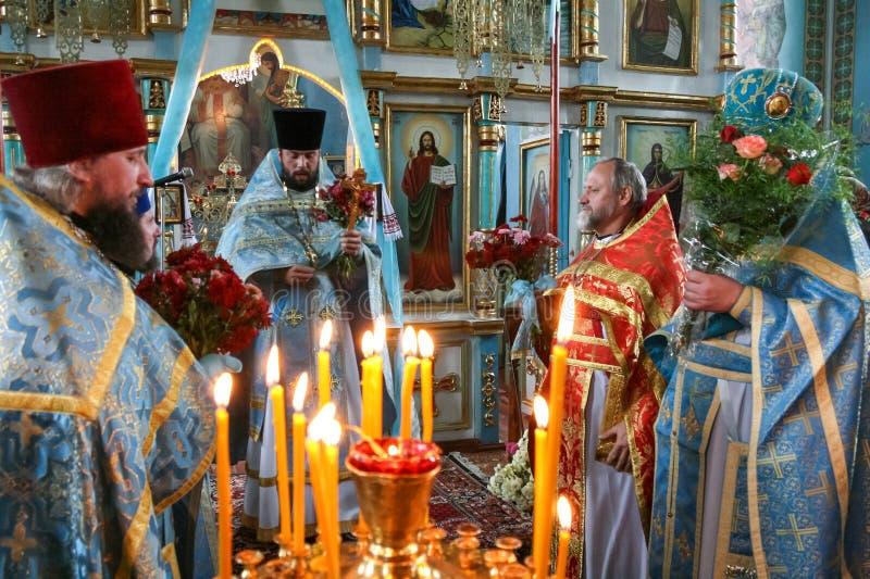 Orthodoxe priesters in lokale kerk royalty-vrije stock afbeeldingen