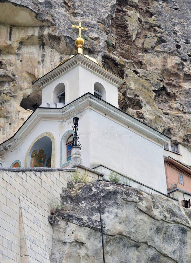 Orthodoxe tempel in de bergen stock foto