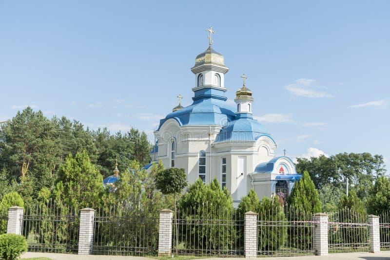 Orthodoxe tempel met blauw dak en gouden koepels in een schilderachtige plaats tegen de blauwe hemel royalty-vrije stock foto