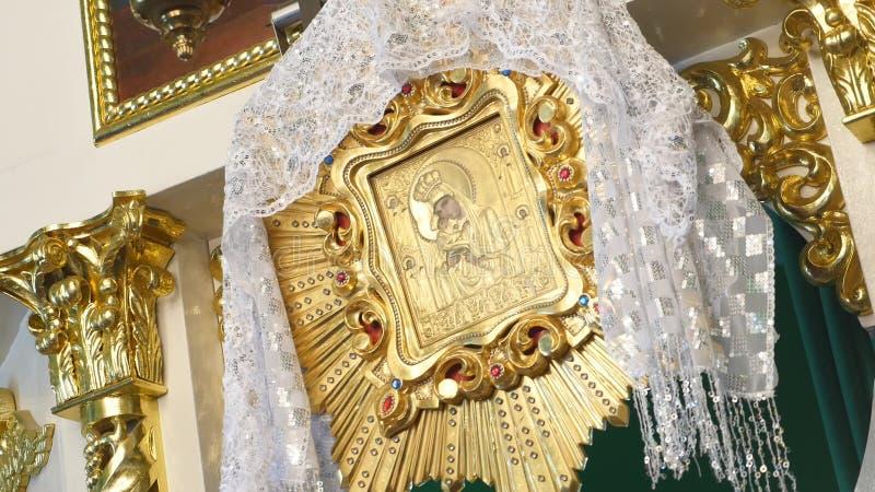 Orthodoxer goldener Iconostasis in der orthodoxen Kirche stockfotografie