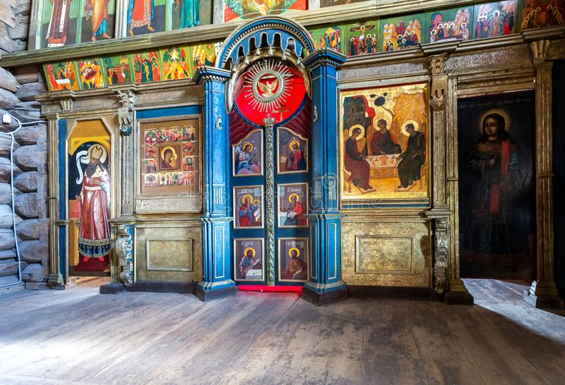Orthodoxer Iconostasis innerhalb der alten hölzernen Dreifaltigkeitskirche stockfotografie