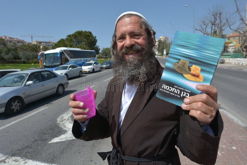 Orthodoxer jüdischer Mann, der Nächstenliebe sammelt lizenzfreie stockbilder