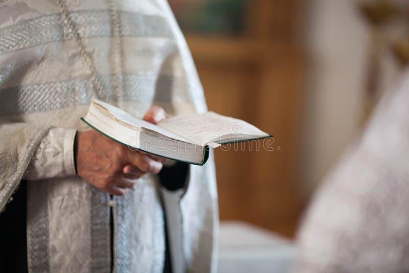 Orthodoxer Priester liest ein Gebet lizenzfreie stockfotografie