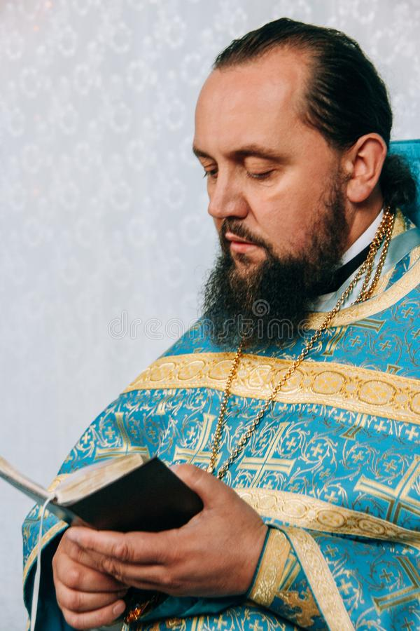 Orthodoxer Priester mit Bibel stockfotos