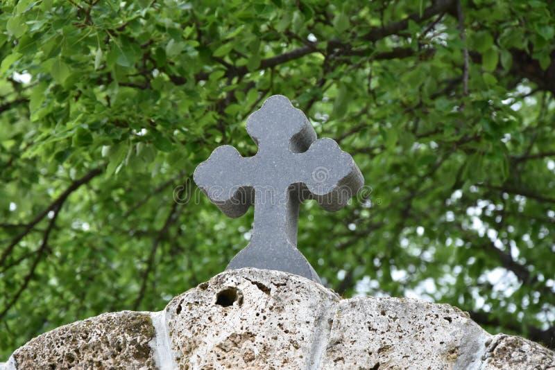 Orthodoxes Kreuz auf der Hecke gemacht vom Felsen lizenzfreie stockfotografie
