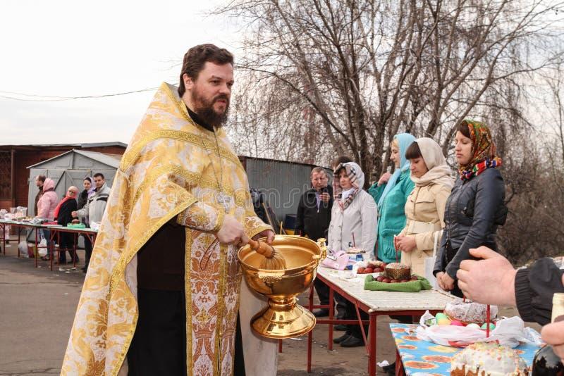 Orthodoxes Priesterspritzen das heilige Wasser lizenzfreies stockbild