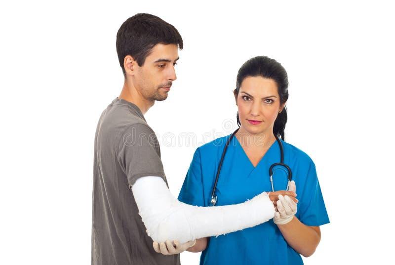 Orthopädischer Doktor mit männlichem Patienten stockfoto