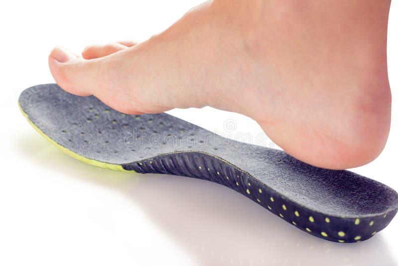 Orthopedische binnenzool en vrouwelijk been stock afbeeldingen