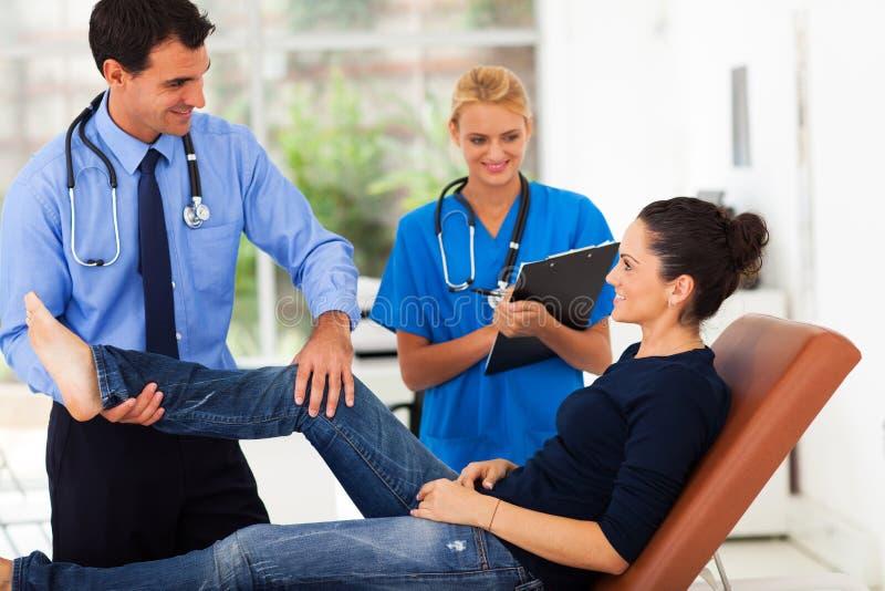 Orthopedist που εξετάζει τον ασθενή στοκ φωτογραφία με δικαίωμα ελεύθερης χρήσης