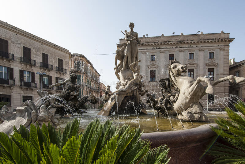 Ortigia Сиракуз Сицилия Италия Европа Дианы фонтана стоковая фотография