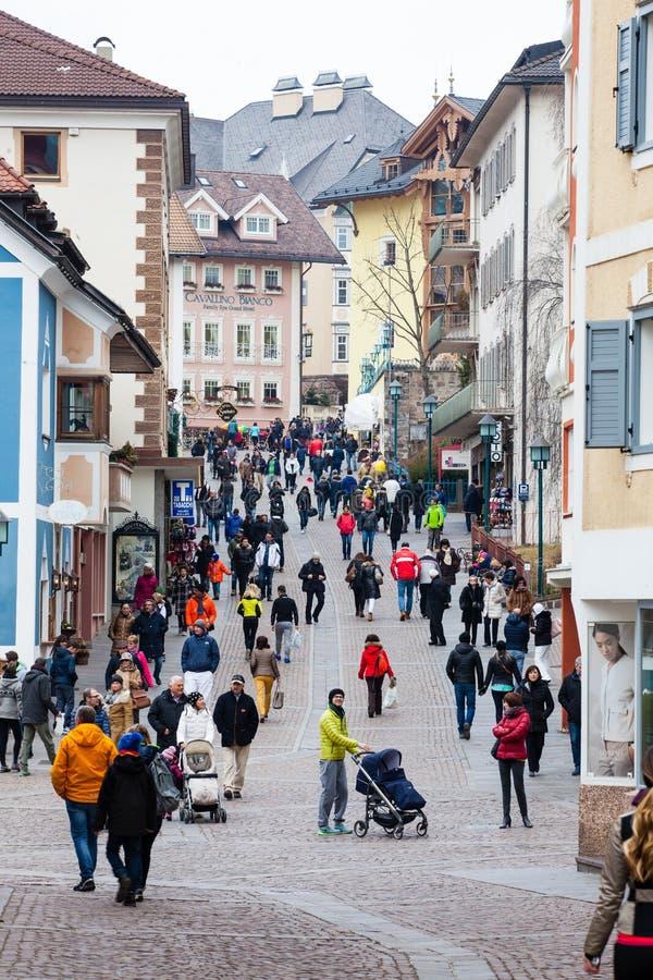 Ortisei, pessoa que anda na rua no centro da cidade Italy imagem de stock royalty free