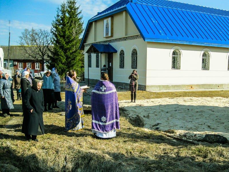 Ortodoksalna boska usługa blisko świątyni w Kaluga regionie w Rosja (2014) obrazy stock