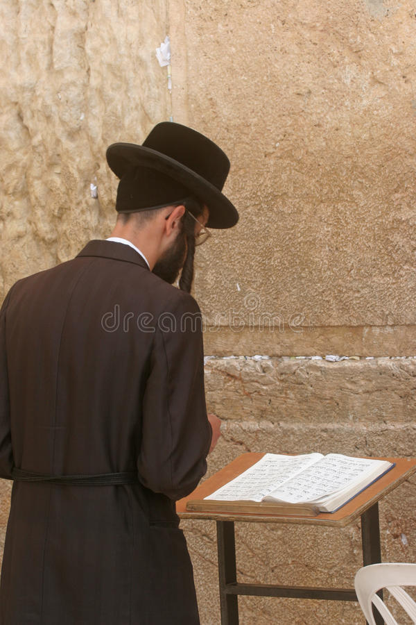 Ortodoksalne żydowskie mężczyzna modlitwy przy western ścianą w Jerozolima fotografia stock