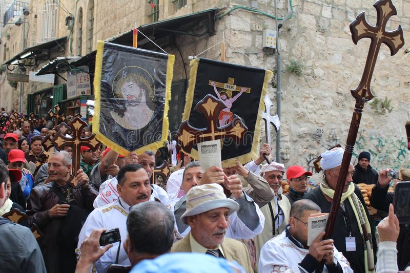 Ortodoksalni chrześcijanie zaznaczają wielkiego piątek w Jerozolima, korowód wzdłuż Via Dolorosa fotografia stock