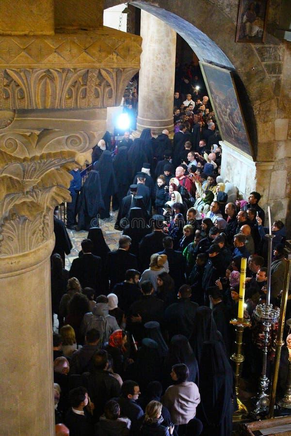 Ortodoksalni ksi??a i pielgrzymi w ko?ci?? ?wi?ty Sepulchre zdjęcie royalty free