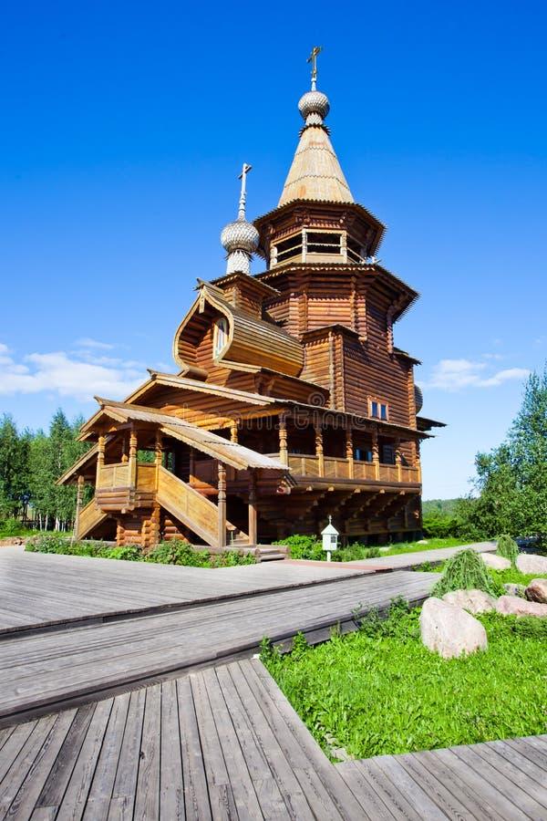 Ortodoksalny źródło wody Gremyachy i drewniany kościół obraz stock