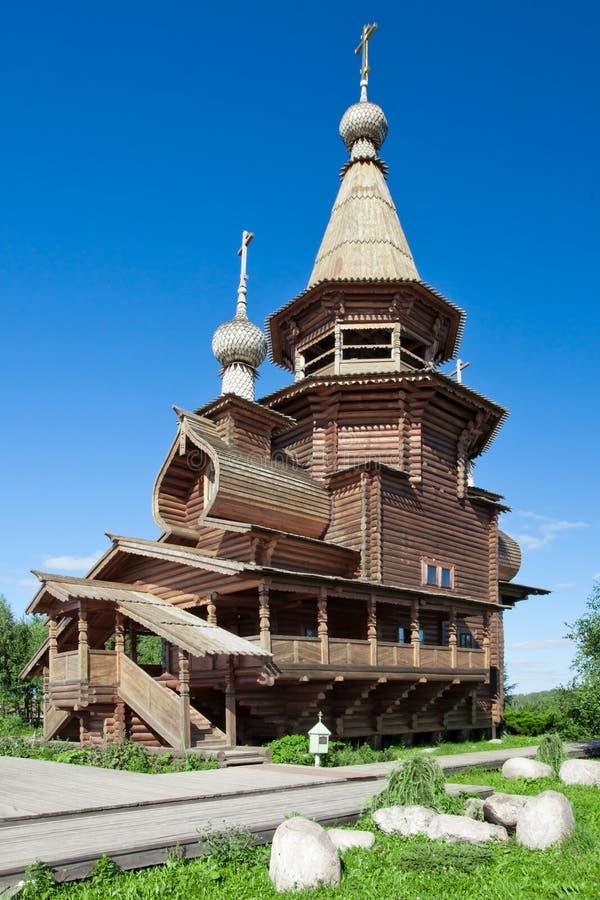 Ortodoksalny źródło wody Gremyachy i drewniany kościół zdjęcie stock
