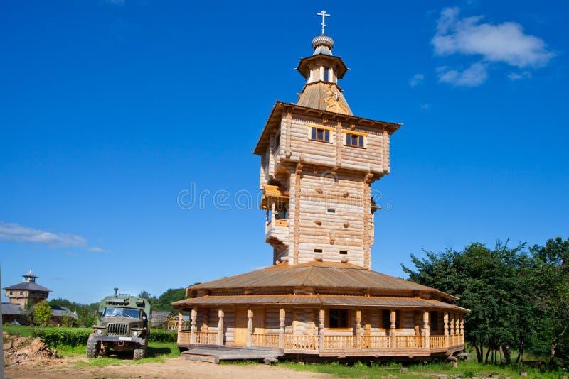 Ortodoksalny źródło wody Gremyachy i drewniany kościół Nowy drewniany zdjęcie stock