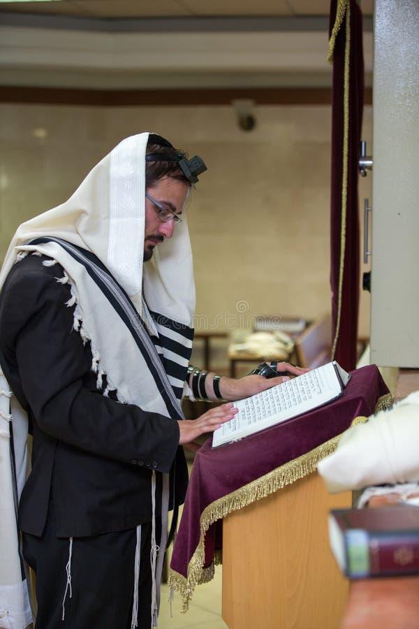 Ortodoksalny żyd modlenie w synagoga fotografia stock