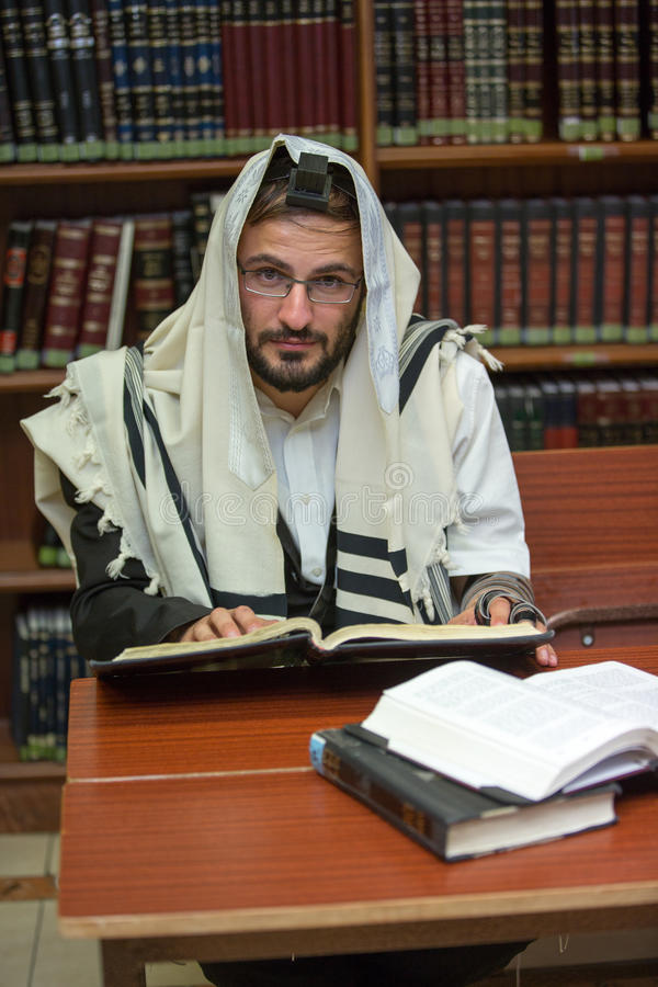 Ortodoksalny żyd uczy się Torah obraz royalty free