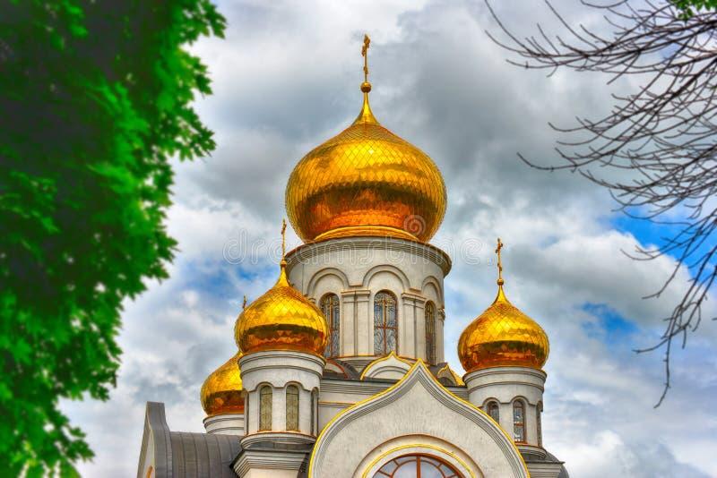 Ortodoksalny kościół, złote kopuły z krzyżami przeciw w górę błękitnego chmurnego nieba, HDR fotografia zdjęcia stock
