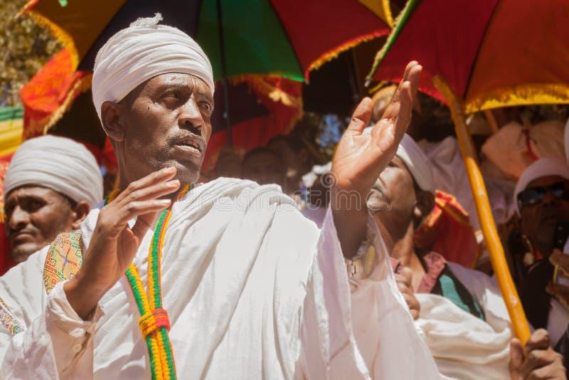 Ortodoksalny ksiądz podczas Timkat festiwalu przy Lalibela w Etiopia obraz stock